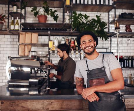 Tenancier de Café Restaurant accoudé au comptoir, satisfait du retour de sa Campagne Promotionnelle